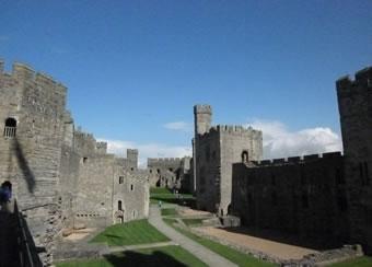 ウェールズ侵攻 プリンスオブウェールズの戴冠式が行われるカナーヴォン城 ジョンの孫エドワード1世